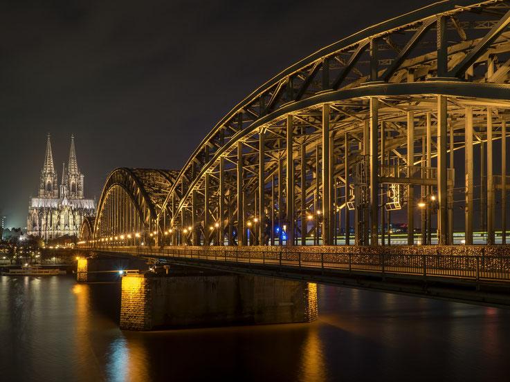 Der Kölner Dom mit der Hohenzollernbrücke