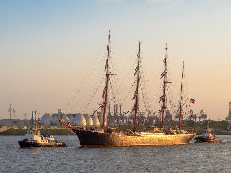 """Das russische Segelschulschiff """"Sedov"""" trifft im Abendlicht in Hamburg ein."""