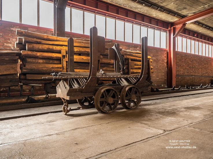Historische Grubenwagen - früher wurden die Gänge mit Holz abgestützt, später wurde die Kohle mittels Schildvortrieb abgebaut