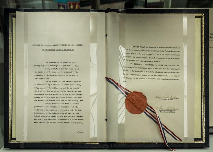 Im Jahre 1954 trat die Bundesrepublik der NATO bei, 1955 wurde die ersten Truppenverbände aufgestellt.