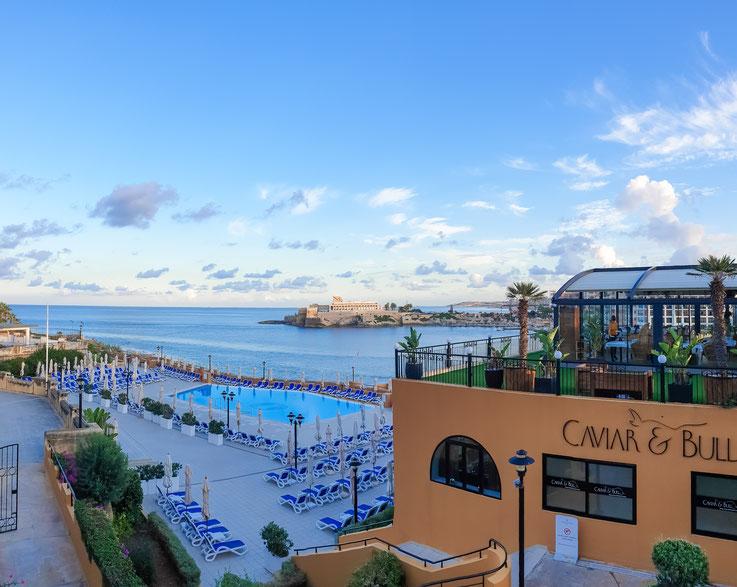 Blick auf einen der Pools des Hotels.