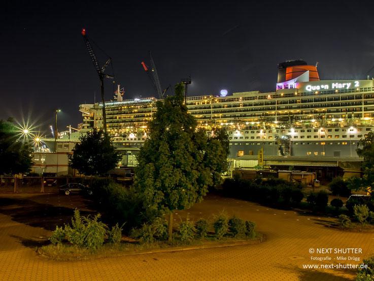 Ein Schiff im Dock ist ein jammervolles Bild. Aller Rettungs- und Tenderboote beraubt, Baugerüste an der Außenhaut, Kabel und Schläuche gehen in den Schiffsbauch, der Lärm des Umbaus. Es hat etwas von Intensivstation.