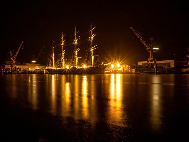 Am Tag der Überführung nach Hamburg - morgens um 04:00 Uhr - ein letztes Bild des Schiffes während der Werftaufenthalts.