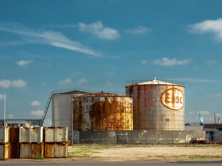 Alte Öltanks im Hafen von Esbjerg