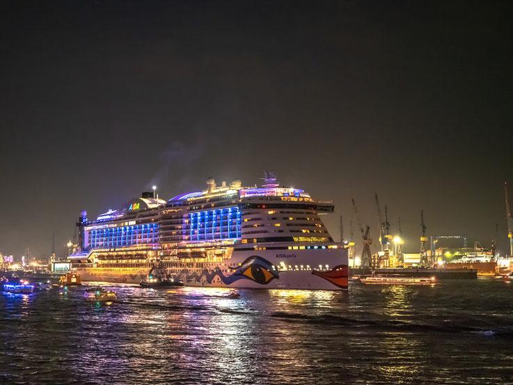 Die AIDAperla, sie wurde von der Reederei mit einem großartigen Feuerwerk vor den Landungsbrücken prominent präsentiert.