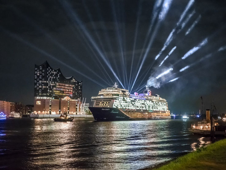 """""""Mein Schiff 1"""" vor der Elbphilharmonie"""