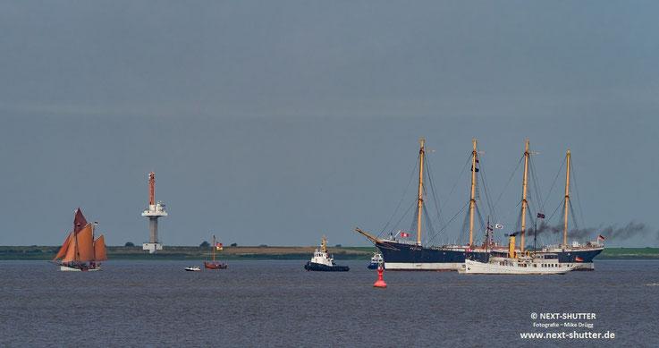 """Die """"Peking"""" wurde während der Überführung von Brunsbüttel nach Wewelsfleth von  historischen Schiffen begleitet."""
