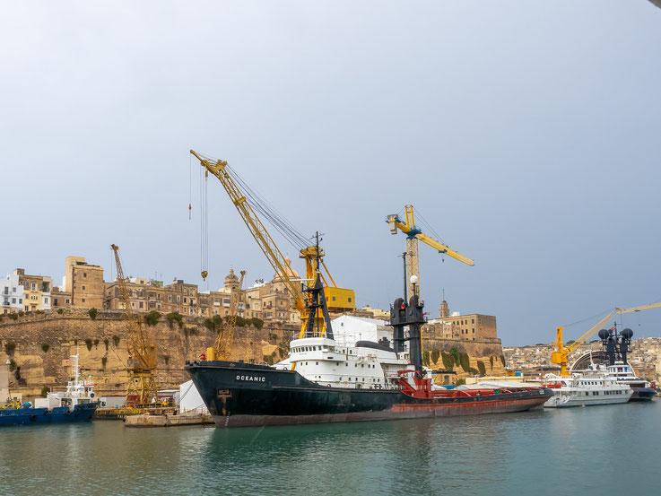 """Die """"Oceanic"""", ein ehemaliger Hochseeschlepper der Bugsierreederei. Das Schiff soll angeblich zu einer Luxusyacht umgebaut werden."""