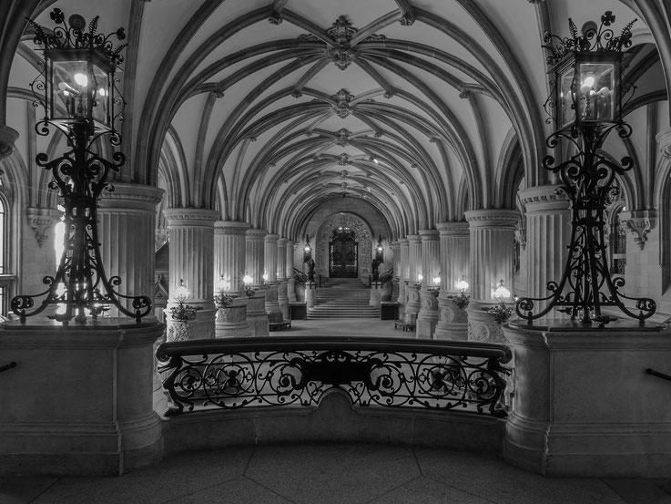 Die Rathausdiele des Hamburger Rathauses sowie der an dem gegenüberliegendem Ende befindliche Eingang zum Senatstreppenhaus.