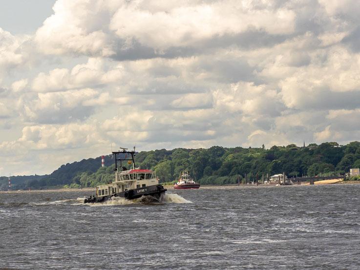 Ohne sie kein Schiffsverkehr auf der Elbe : Das Lotsenboot auf dem Weg zum nächsten Wechsel vom Hafen -  zum Elblotsen