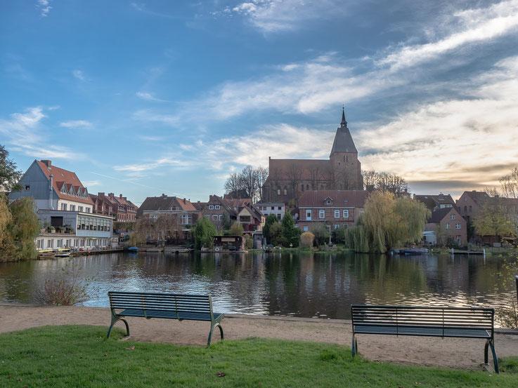 Am Möllner See mit der eindrucksvollen St. Nicolai - Kirche