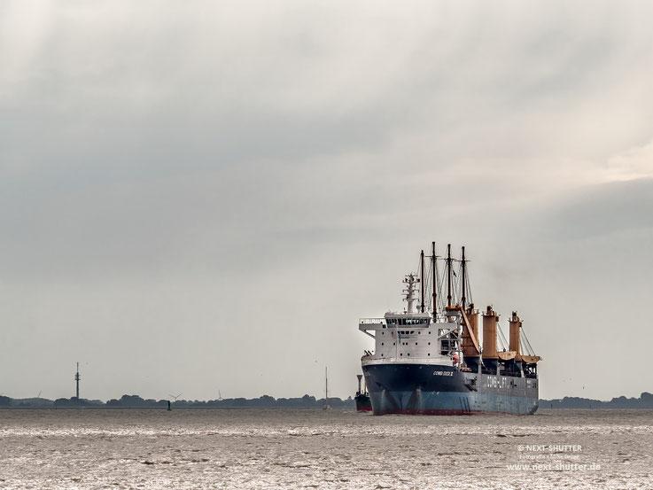 """Die """"Combi Dock lll """" kommt, die """"Peking sozusagen huckepack, die Elbe hinauf."""