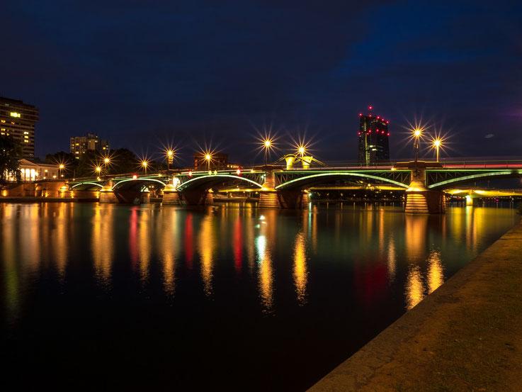 Eine der Mainbrücken, im Hintergrund die EZB.