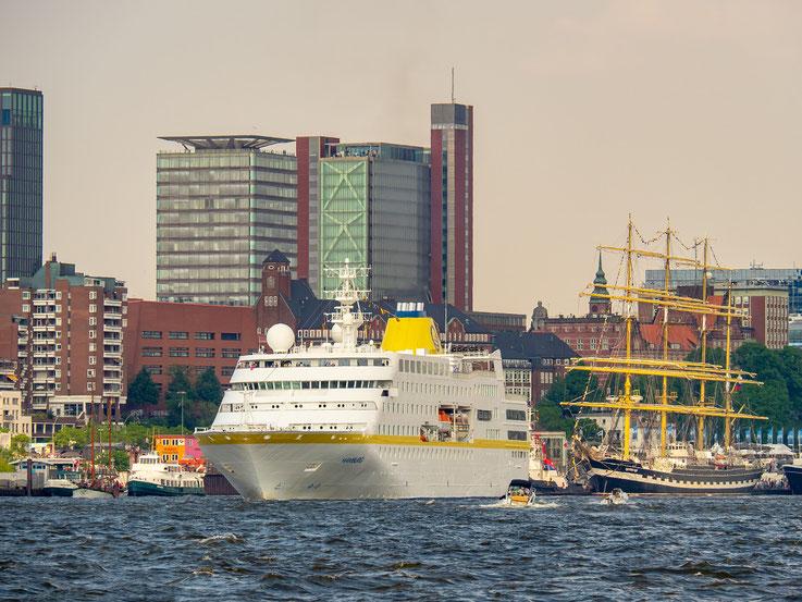 """Die """"Hamburg"""" , seewärts gehend."""