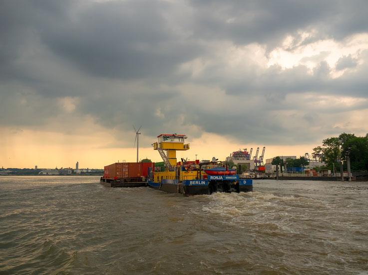 """Für den Container - Transport zum und vom Seehafen wird aus Kosten - und ökologischen Gründen oftmals eine sogenannte """"Barge"""" eingesetzt. Hier ein aus Berlin kommender Schubverband."""