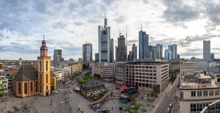 Panorama der Frankfurter Innenstadt. Im Vordergrund die Hauptwache, dahinter das Bankenviertel.