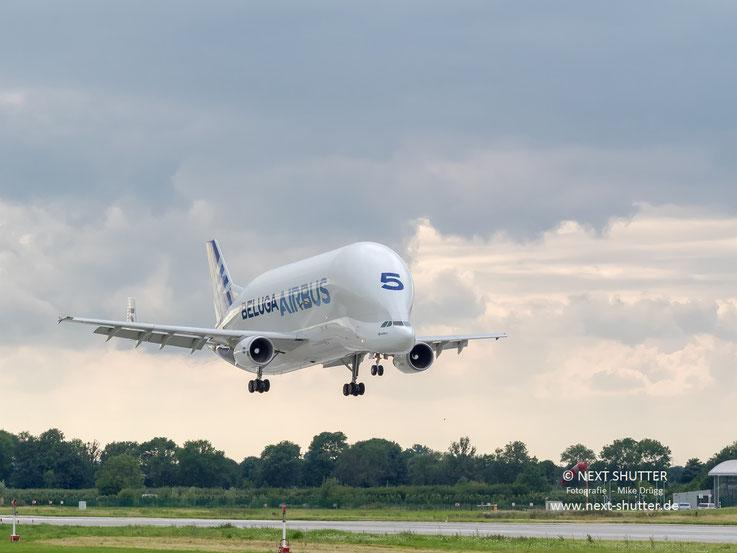 Airbus Beluga im Landeanflug auf Finkenwerder