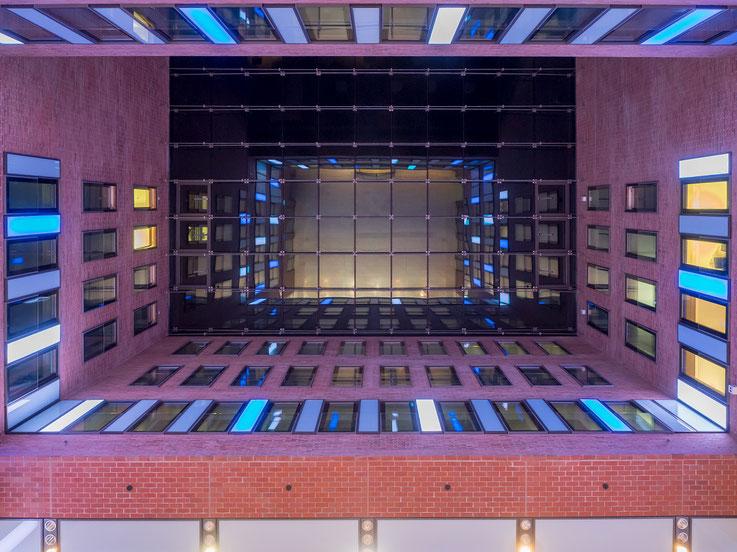 Der Blick zur Decke der Lobby. Da sich der Fotograf in der Decke spiegelte, habe ich mir die Freiheit genommen ihn aus dem Bild zu entfernen.
