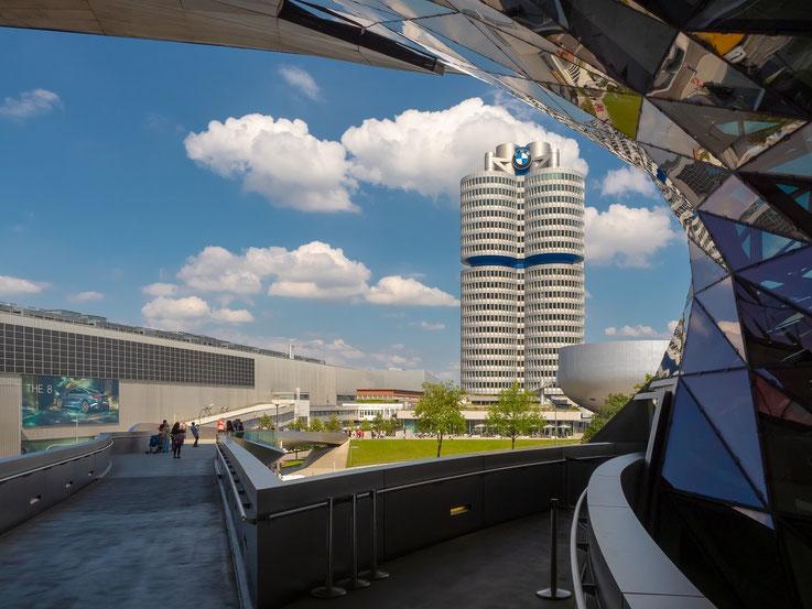 Von der BMW World führt eine Brücke hinüber zum BMW - Museum und zum Werk.