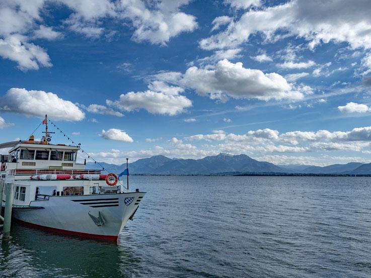 Am späten Nachmittag ging es unter einem wunderschönen weiß - blauen Himmel mit der Chiemseeschiffahrt wieder zurück nach Prien.