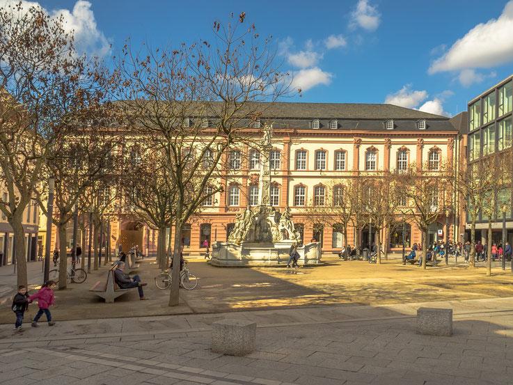 Der Kornmarkt mit der Neptunsäule, im Hintergrund der Posthof.