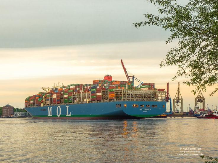 Das Schiff wird rückwärts in den Waltershofer Hafen manövriert. Hierzu sind insgesamt drei Lotsen im Einsatz.