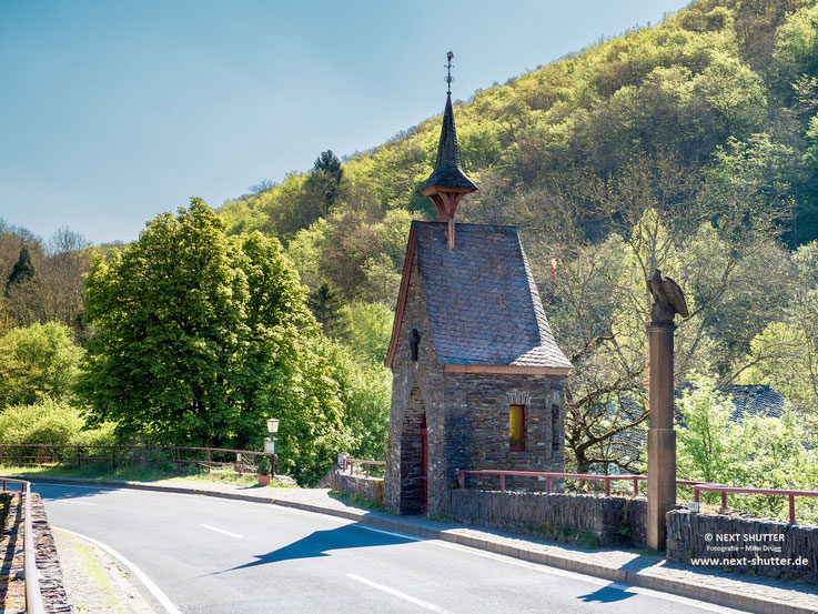 Am Wegesrand immer wieder kleine Kapellen. /  Next to the roads one can frequently find small chapels.