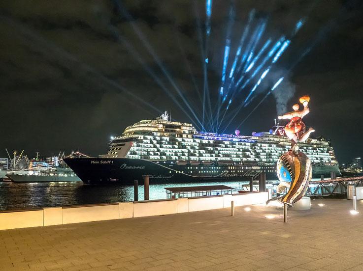 Nach der Präsentation vor der Elbphilharmonie ging das Schiff auf seine Taufreise.