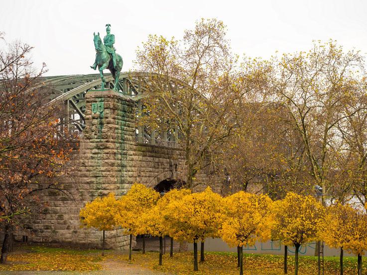 Die Hohenzollernbrücke mit Reiterstandbild des ehemaligen Deutschen Kaisers.