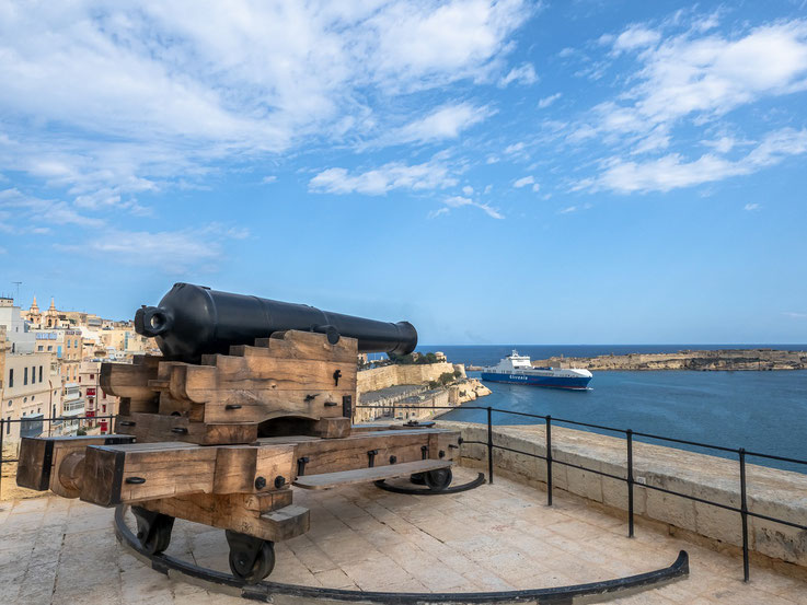 ...auf die Hafeneinfahrt.  Man steht unter dem Eindruck das Malta für Handelskriege gut gewappnet ist.  ;-)