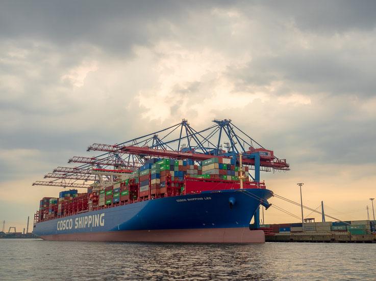 """Die brandneue """"Cosco Shipping Leo"""" am Tollerort Containerterminal der HHLA"""
