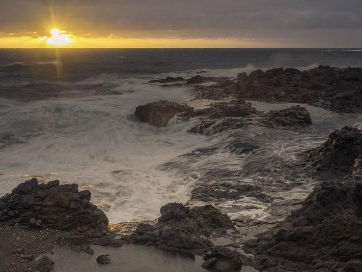 Brandung an Westküste Gran Canarias bei Sonnenaufgang
