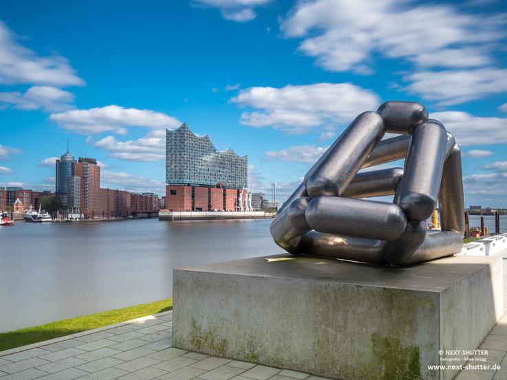 Die Elbphilharmonie von dem Vorplatz der Theater im Hafen gesehen.