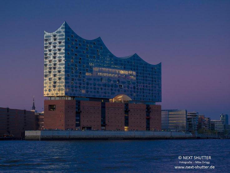 Die Krönung der Hafencity : die nunmehr fertige Elbphilharmonie. Im Januar 2017 wird sie eröffnet werden. Das Bild stammt aus dem Sommer 2016.