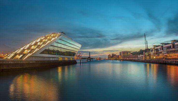 Em Ende des neuen Fischmarktes, zwischen Fischereihafenrestaurant und Dockland. Bei Sonnenunterang einer der schönsten Plätze an der Hafenkante.