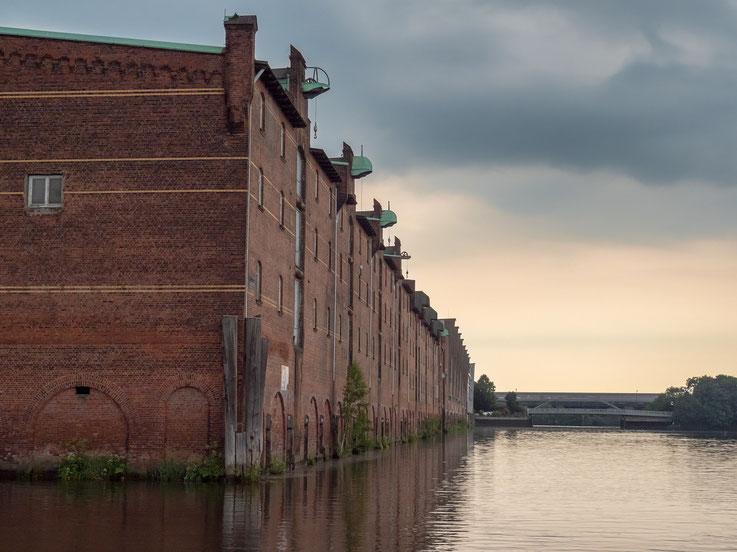 Lagerhäuser im Saalehafen, ein Gebäudekomplex mit Vergangenheit. Einstmals Tschechoslowakisches Hoheitsgebiet, 1944-1945 Außenlager des KZ Neuengamme.