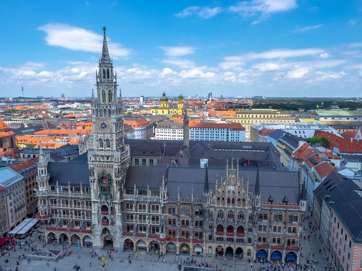 Das Münchner Rathaus, im Hintergrund die Theatinerkirche