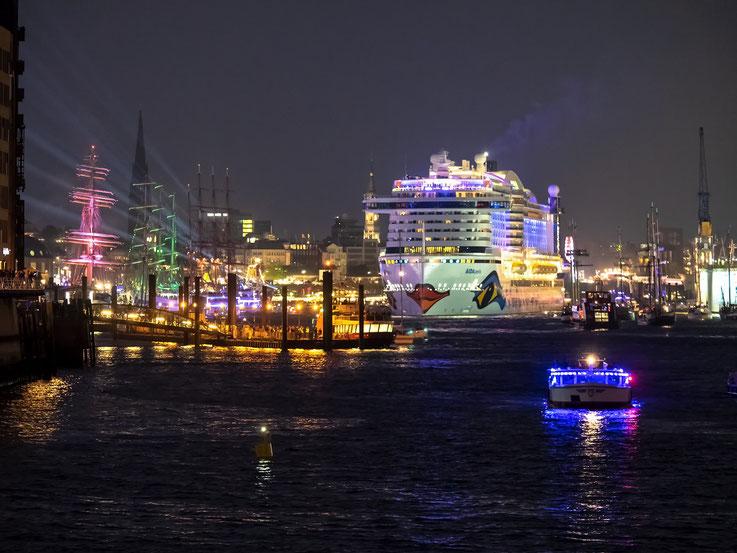 Nach Beendigung des Feuerwerks  lief die AIDA Perla in Begleitung von vieler Barkassen und Ausflugsschiffen zu ihrer wöchentlichen Kreuzfahrt aus.