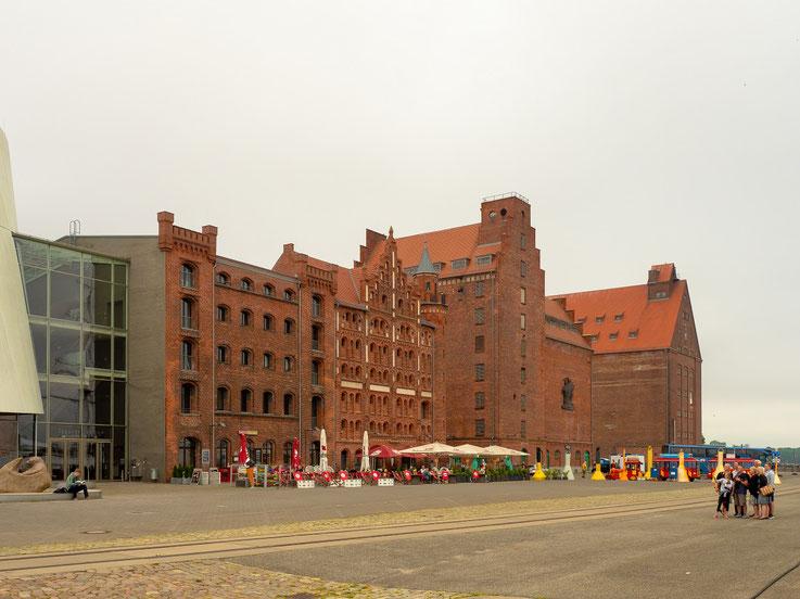 Am Hafen von Stralsund. Ein riesiger freier Platz, man fühlt sich dort irgendwie  ein wenig verloren.