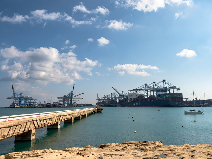 Das Containerterminal im Hafen von Marsaxlokk