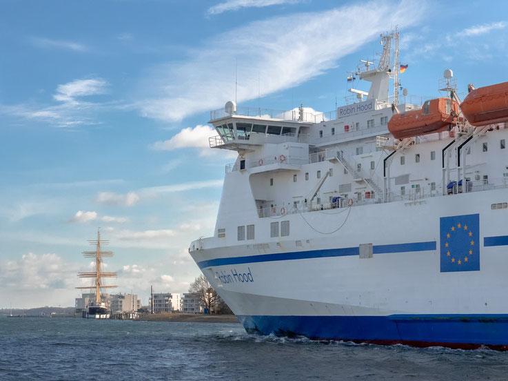 """Travemünde ist ein wichtiger Fährhafen. Im Hintergrund sieht man die """"Passat"""", wie an der Pier des Priwalls liegt."""