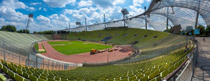 Die BMW World ist am Rande des Olympiaparks gelegen. Im Olympiastadion wurde gerade neuer Rasen verlegt.