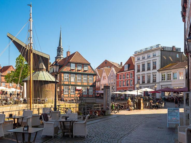 Der Hansehafen ist gesäumt von Restaurants und Cafés, die angenehme Atmosphäre lädt zum verweilen ein.