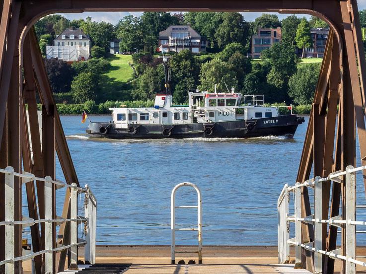 Lotsenboot auf der Elbe am Fähranleger Bubendeyufer