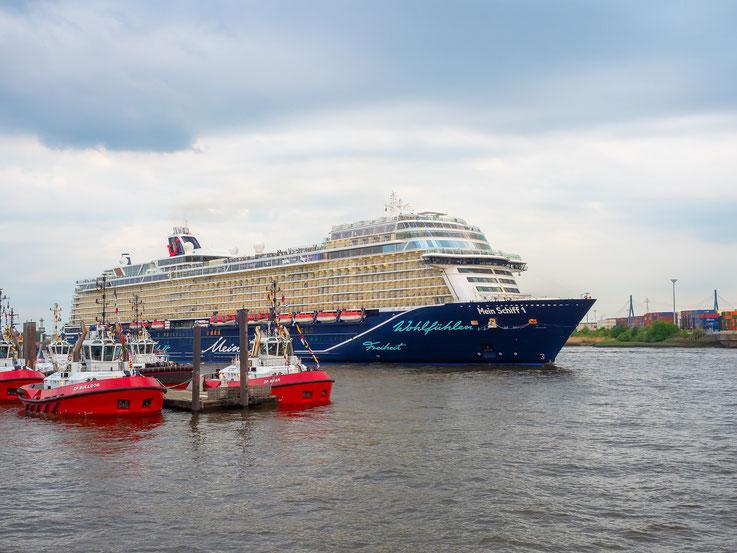 """""""Mein Schiff 1"""" verholt vom Cruise Center Altona zum Burchardkai wo sie einige Stunden später getauft wurde."""