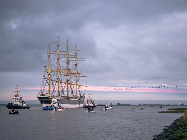 ... auf dem Weg in ihren Heimathafen Hamburg.
