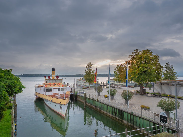 """Vom Flur des Hotels schaut man auf die Anlegestelle des Traditionsschiffes der Chiemseeshiffahrt """"Ludwig Fessler """""""