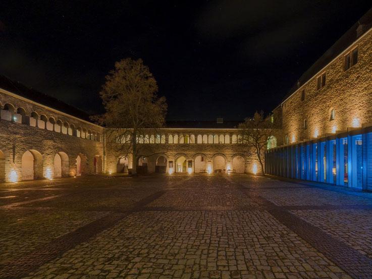 Nur wenige Meter vom Hauptmarkt ist das Stadtmuseum Trier im Simeonsttift gelegen. Der Innenhof ist im Sommer immer gut frequentiert, nur im Winter zeigt er sich in seiner ganzen Schönheit - ohne Biergartengarnituren und Bühnenaufbauten.