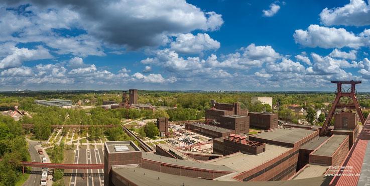 Panorama vom Dach der Kohlenwäsche über das Zechengelände. Der Neubau links gehört zur Universität, so wächst alt und neu zusammen. The circle of life.