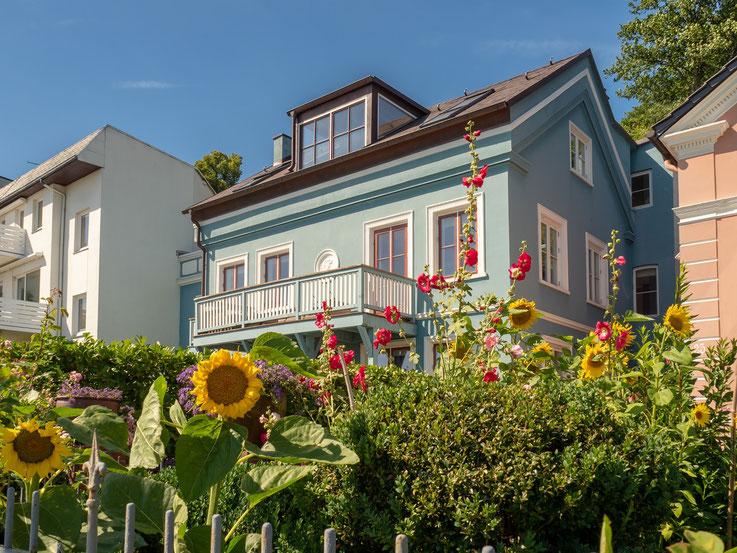 An der Uferstraße stehen viele Wohnhäuser mit einem spektakulären Ausblick der .....